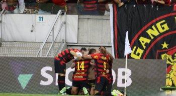 Jogadores do Sport comemoram gol marcado na Arena de Pernambuco