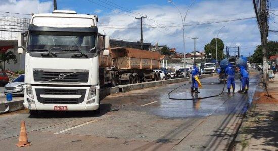 Avenida Norte fica parcialmente interditada, após acidente com caminhão causar derramamento de óleo na pista