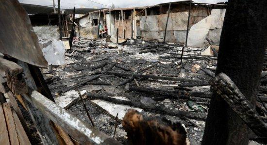 Incêndio de grandes proporções destrói moradias em comunidade no Barro, Zona Oeste do Recife