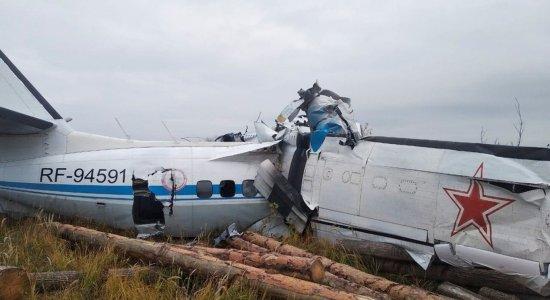 Queda de avião deixa 16 mortos e 7 feridos na Rússia; vídeo mostra os destroços