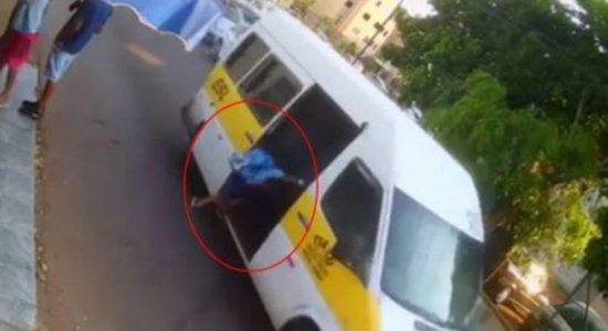 Vídeo: criança de 5 anos cai de van escolar em movimento; menino teve rompimento na bacia e na bexiga