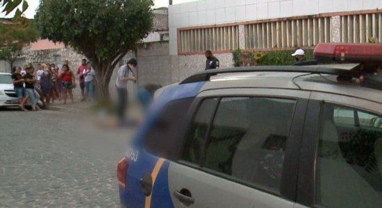 Corpo de homem é jogado da mala do carro e morador de rua espancado, em mesmo bairro no Recife