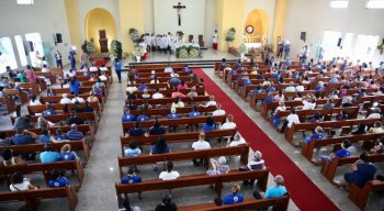 Fiéis acompanham missa de Nossa Senhora Aparecida, no Ipsep, Zona Sul do Recife