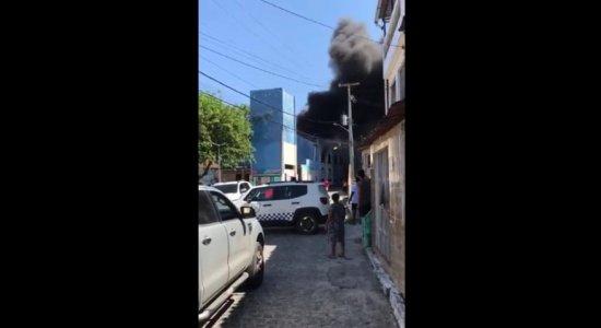 VÍDEO: Mercado de Artesanato de Itapissuma é atingido por incêndio
