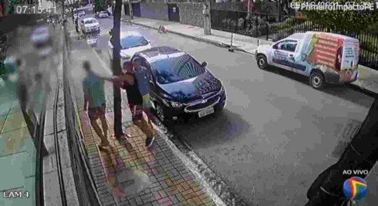 Vídeo mostra momento que homem é assaltado e agredido pelos bandidos no bairro de Setúbal no Grande Recife