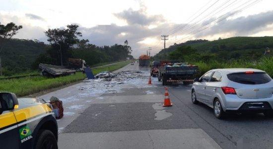 Acidente com caminhão causa congestionamento quilométrico na BR-232, em Moreno, no Grande Recife
