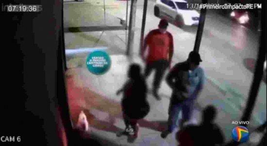 Vídeo mostra momento que homens roubam carro de comerciante no bairro da Várzea, Zona Oeste do Recife