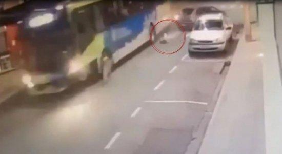 Vídeo mostra criança sendo arremessada durante acidente envolvendo ônibus e carro
