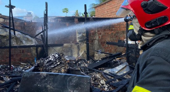 Incêndio destrói barraco e catadora de recicláveis perde tudo o que tinha; saiba como ajudar