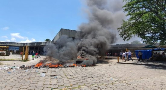Vizinhos e familiares de criança atingida por muro fazem protesto pedindo justiça no Recife