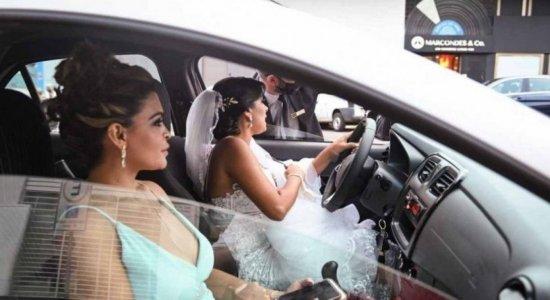 Após 20 corridas canceladas por aplicativo de transporte, noiva pernambucana dirige até o casamento