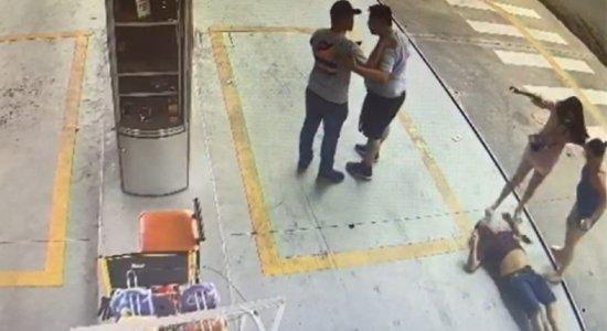 Motorista de aplicativo de 68 anos é agredido por passageiros; vídeo mostra que, mesmo derrubado, idoso ainda teve cabeça chutada