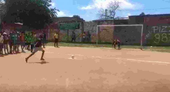 Vídeo: Inconformado com derrota em jogo de futebol, homem atira na bola e é preso em Olinda