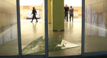 FOTOS: Veja imagens da invasão da torcida do Santa Cruz no gramado da Arena PE após eliminação na Copa do Nordeste