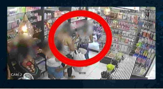 Vídeo: Mulheres fingem ser clientes e roubam loja de cosméticos no centro do Recife
