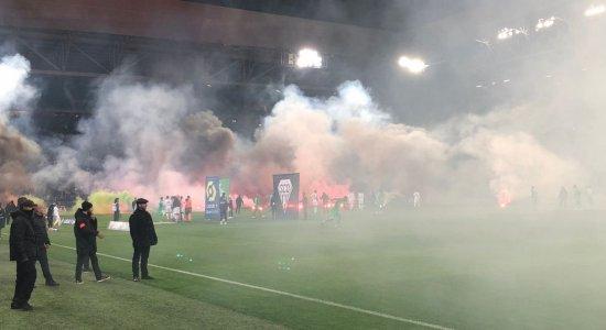 IMAGENS: Torcedores do Saint Étienne protestam contra momento do time, atiram sinalizadores no campo e atrasam início de jogo