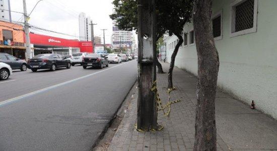 Motoqueiro é atingido por pedra lançada durante discussão de casal, sofre acidente e morre, no Recife