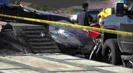 Piloto perde o controle de carro em corrida e atinge público; duas crianças morrem e várias pessoas ficam feridas