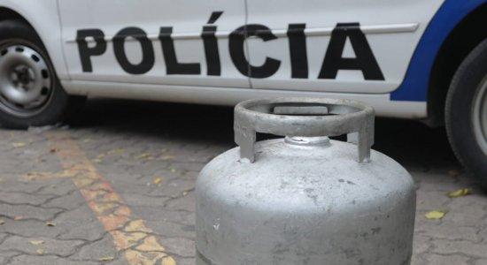 Homem invade casa, come feira da moradora e rouba botijão de gás no bairro da Boa Vista, no Recife