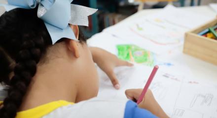 Vinícius Vieira da Silva, 7 anos, estudante. escola municipal do Recife, desenho, criança, lápis de cor, infância, pintar, sala de aula