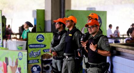 Polícia militar realiza operação no terminal da PE-15 para organizar o fluxo de passageiros e comércio