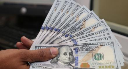 Aumenta a procura por dólar em espécie na cidade do Recife. Palavra Chave - Câmbio - Dólar - Moeda - Americana - Estados Unidos - Dinheiro - Economia - Notas - Cédula - Compra - Venda - Negócio - Casa de Câmbio - Négocio - ##