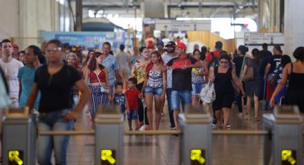 Movimentação de passageiros na estação central do metrô do Recife