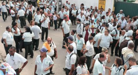 Motoristas e cobradores em frente a garagem da empresa Caxangá, em Olinda