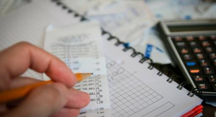 Consumidores endividados disseram na pesquisa que vão economizar nas despesas básicas para sair do vermelho