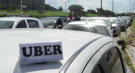 Protestos dos motoristas de aplicativos de transporte, como Uber e 99, saindo do Centro de Convenções e indo até a Prefeitura de Olinda, onde reivindicaram a uma regulamentação mais branda dos aplicativos. Palavras-chaves: Uber - Protesto - Carreata - Aplicativos ##