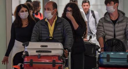 Passageiros que usam máscaras como medida de precaução para evitar a contração do novo coronavírus. Aeroporto Internacional de Guarulhos/SP