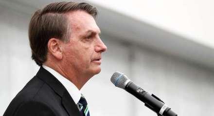 Bolsonaro, de perfil, falando ao microfone durante evento em Miami, Flórida