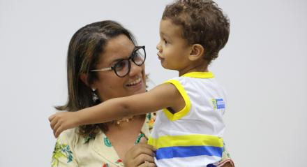 Raphaela deixa Benjamin em creche gratuita, em tempo integral e perto do trabalho