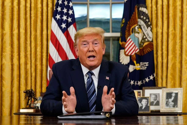 Tổng thống Donald Trump nói chuyện với một quốc gia từ Phòng Bầu dục tại Nhà Trắng về coronavirus. (Ảnh qua Business)
