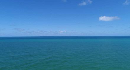 Mar verde e céu azul. Linha do horizonte no mar. Praia de Boa Viagem. Vista aérea do mar de Boa Viagem. Oceano Atlântico
