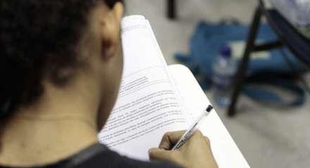 Estudante realizando prova de concurso