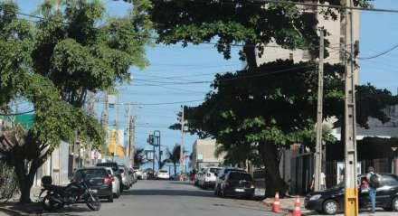 Movimentação do Recife durante a pandemia do Coronavírus. Zona sul do Recife. Pernambuco. Recife com pequena movimentação na rua. Rua Padre Bernardino Pessoa em Boa Viagem.
