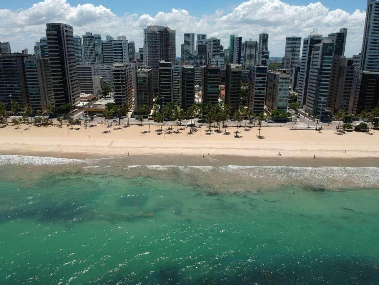 Praia de Boa Viagem, no Recife, tem cenário diferente após restrições por coronavírus