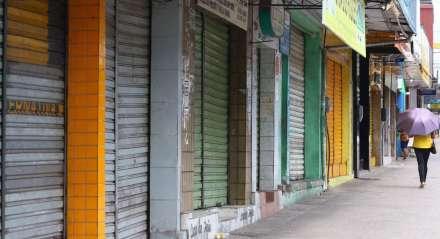 Devido a disseminação do novo Coronavírus, o governo mandou fechar todo o comércio do estado. A polícia militar já está intervindo para fechar os comerciantes que estão indo contra a lei. Palavras-chave: Comércio - Camelódromo - Máscara - Doença - Coronavírus - Vírus - Camaragibe - Feira - Comerciante ##