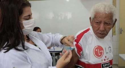 Idosos começam a receber vacinação contra a influenza nesta segunda-feira (23)