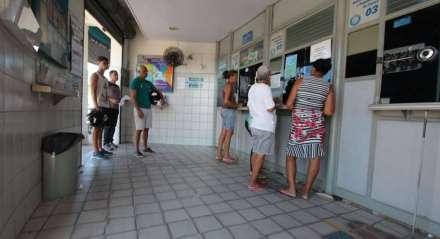Movimentação nos bancos e casas lotericas do Recife e Olinda com o novo coronavírus, Covid-19. Caixas eletrônicos. Fila no Varadouro em Olinda.