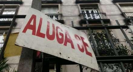 Placa de aluguel em frente de imóvel.