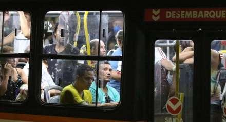 Passageiros de ônibus, no Terminal Integrado de Passageiros da Joana Bezerra, continuam amontoados nas paradas, mesmo após a proibição por conta do coronavírus, e os coletivos estão saindo com pessoas em pé.