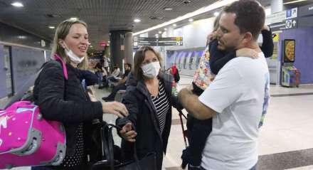 Rafael Farias reencontrou esposa, filha e sogra. Voo com 300 brasileiros vindo de Portugal, chega ao Aeroporto Internacional do Recife, em meio à pendemia do coronavírus.