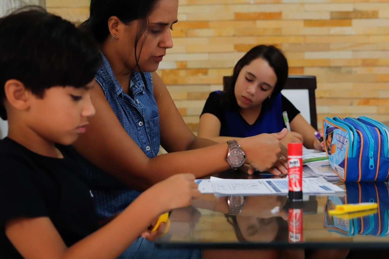 Sem aulas por causa do coronavírus, alunos e professores aproveitam a tecnologia para garantir aprendizado
