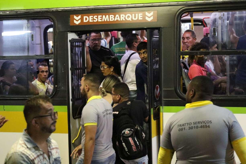 Mesmo com proibição do Governo de Pernambuco, ônibus continuam lotados no Grande Recife