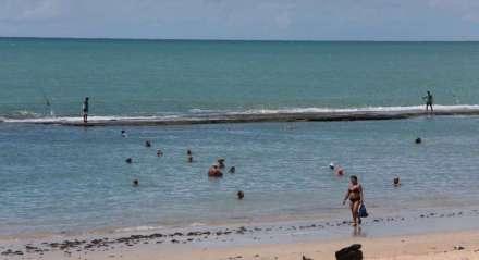 Em um domingo de isolamento por causa da pandemia de coronavírus, a praia de Boa Viagem não recebeu o público de sempre, mas também não estava vazia