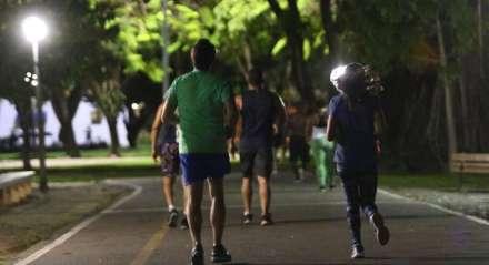 Cidadãos não respeitam o isolamento social e se aglomeram no Parque da Jaqueira para prática de atividades físicas. Palavras-chave: Cooper - Caminhada - Parque - Praça - Corrida ##