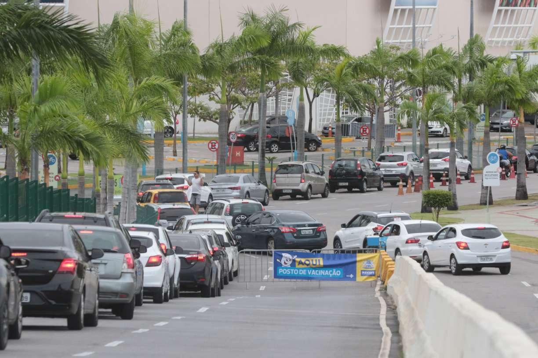 Filas grandes e muita espera nos pontos de vacinação drive-thru do Recife durante oitavo dia da Campanha Nacional contra Gripe