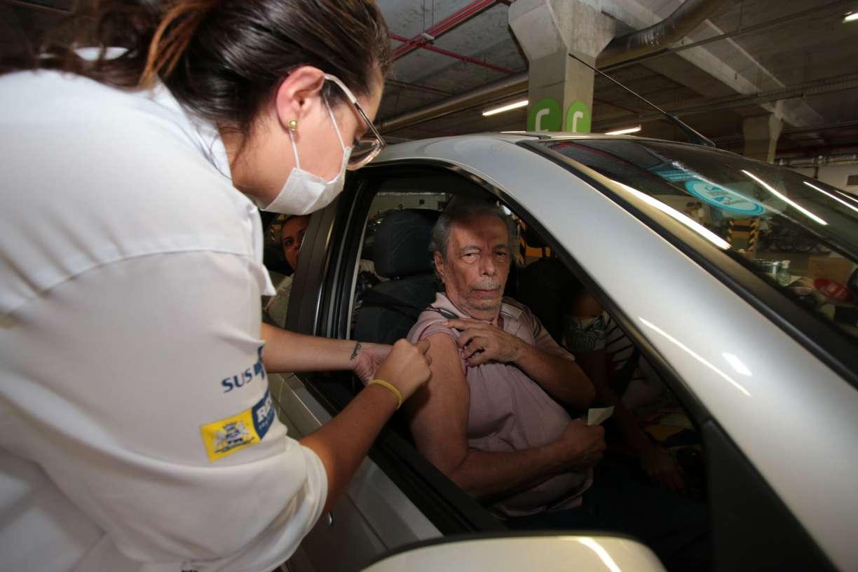 Recife suspende vacinação de idosos contra gripe por falta de doses